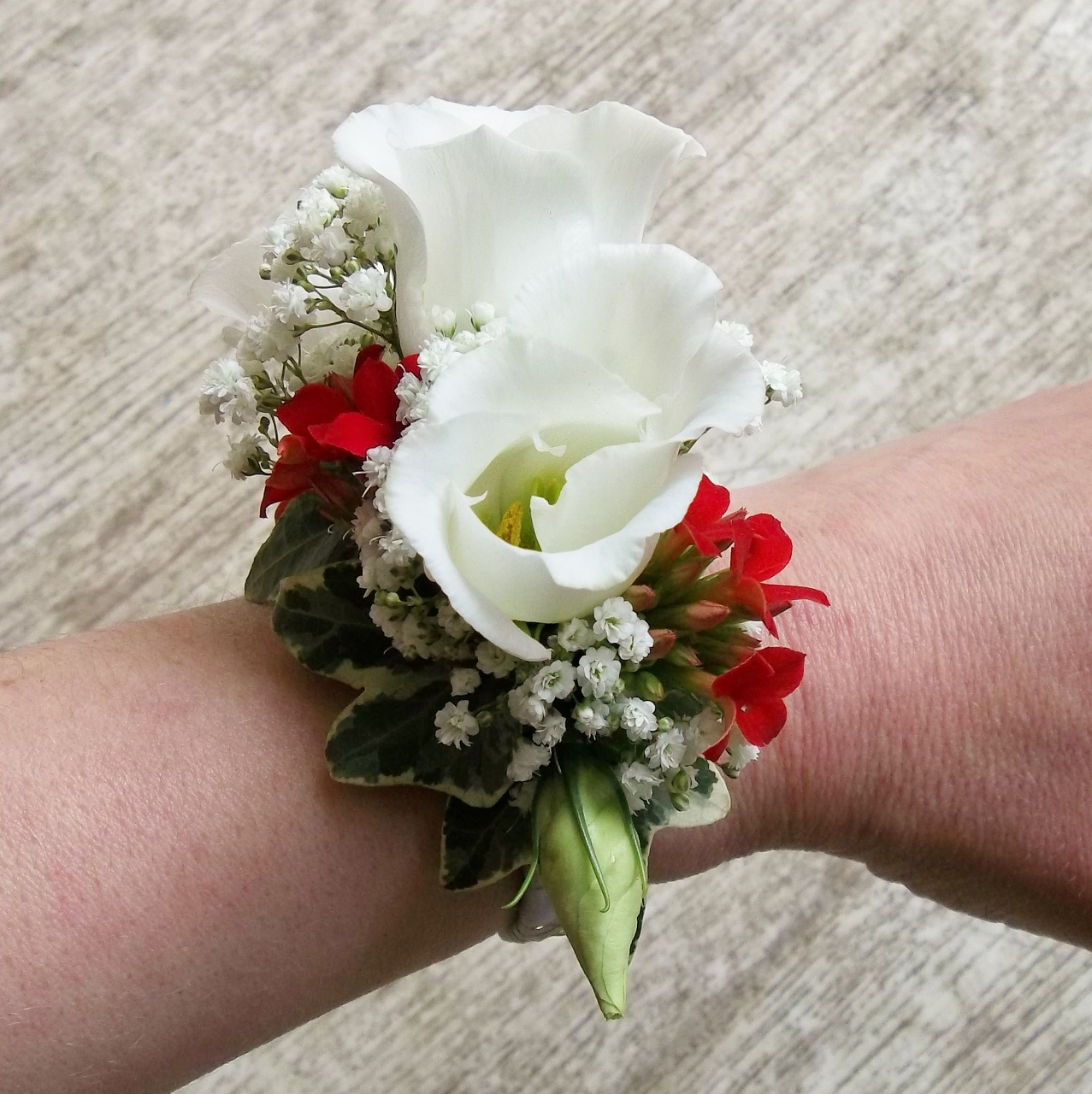 wrist%20corsage%20red%20white%20(1277x1280)